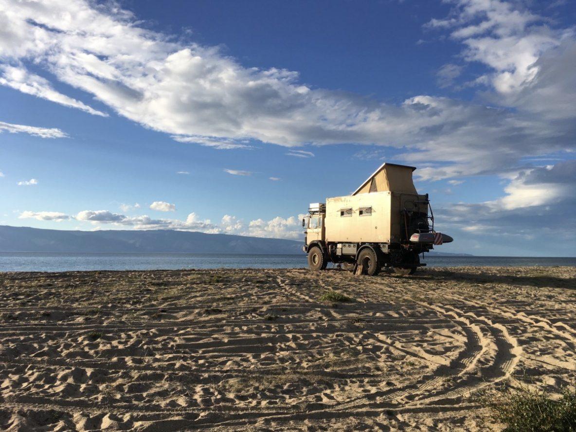 Iveco 110-17 Allrad Wohnmobil mit Aufstelldach der Wohnkabine am Strand
