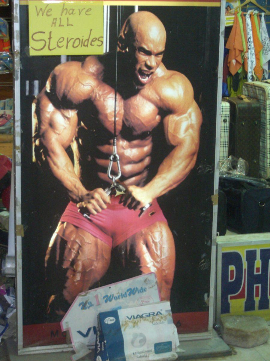 Eingang zu einer Apotheke in Ägypten mit Werbung für Steroide und Viagra. Besser vorher um die Reiseapotheke kümmern.