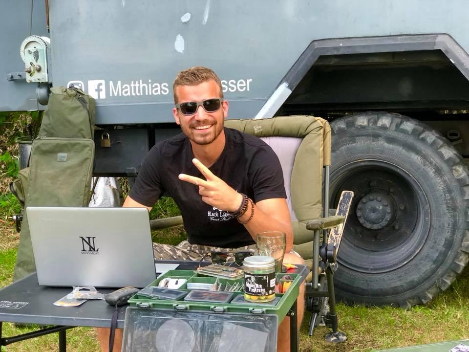 Matthias Stowasser arbeitet vor seinem Oldtimer Truck