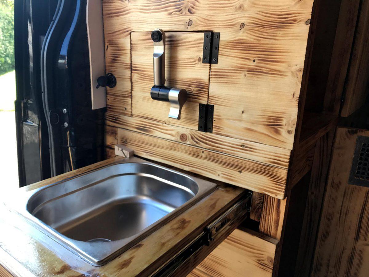 Ausziehbare Spüle in Holzschublade im Camper Selbstausbau