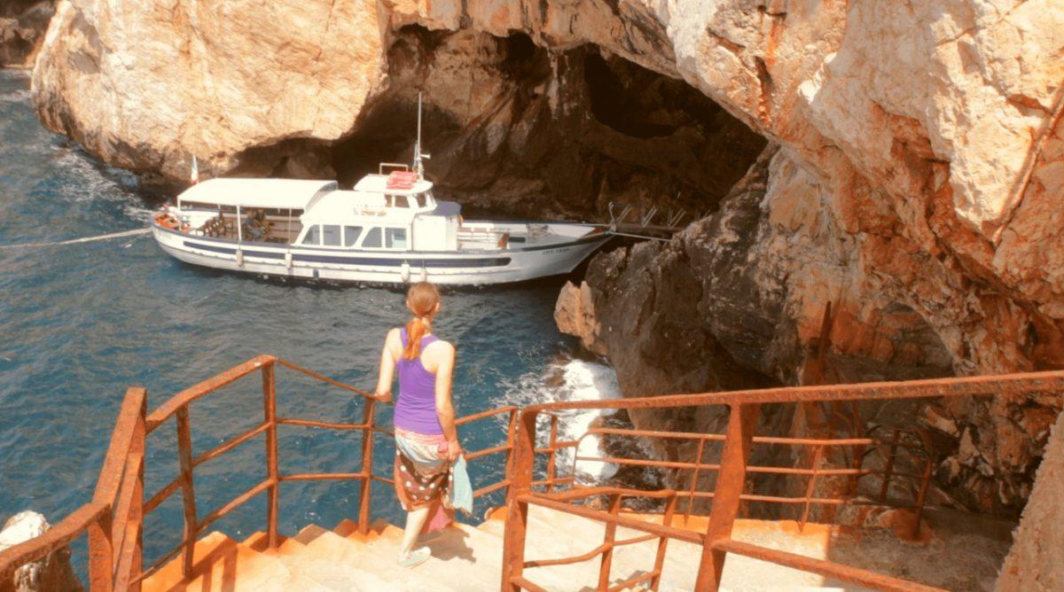Ausflugsboot an der Grotta di Nettuno