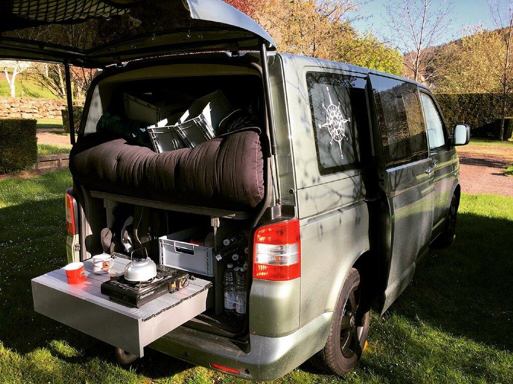 VW Campervan mit ausziehbarer Miniküche