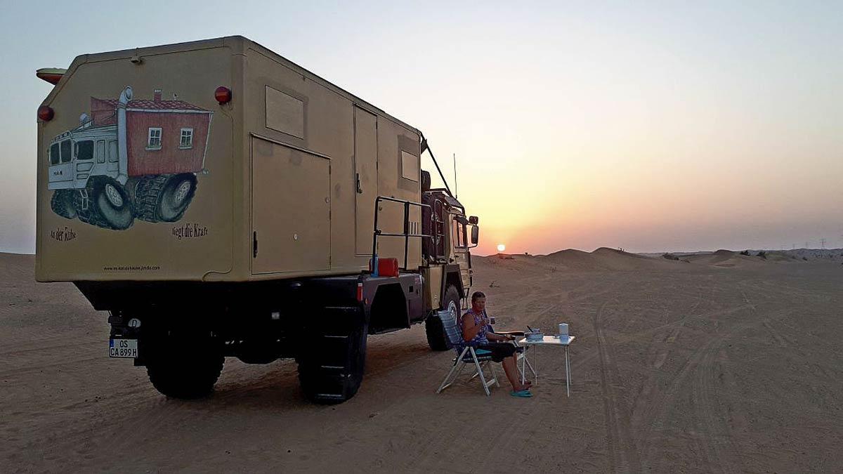 Campen mit MAN KAT 1 in der Wüste