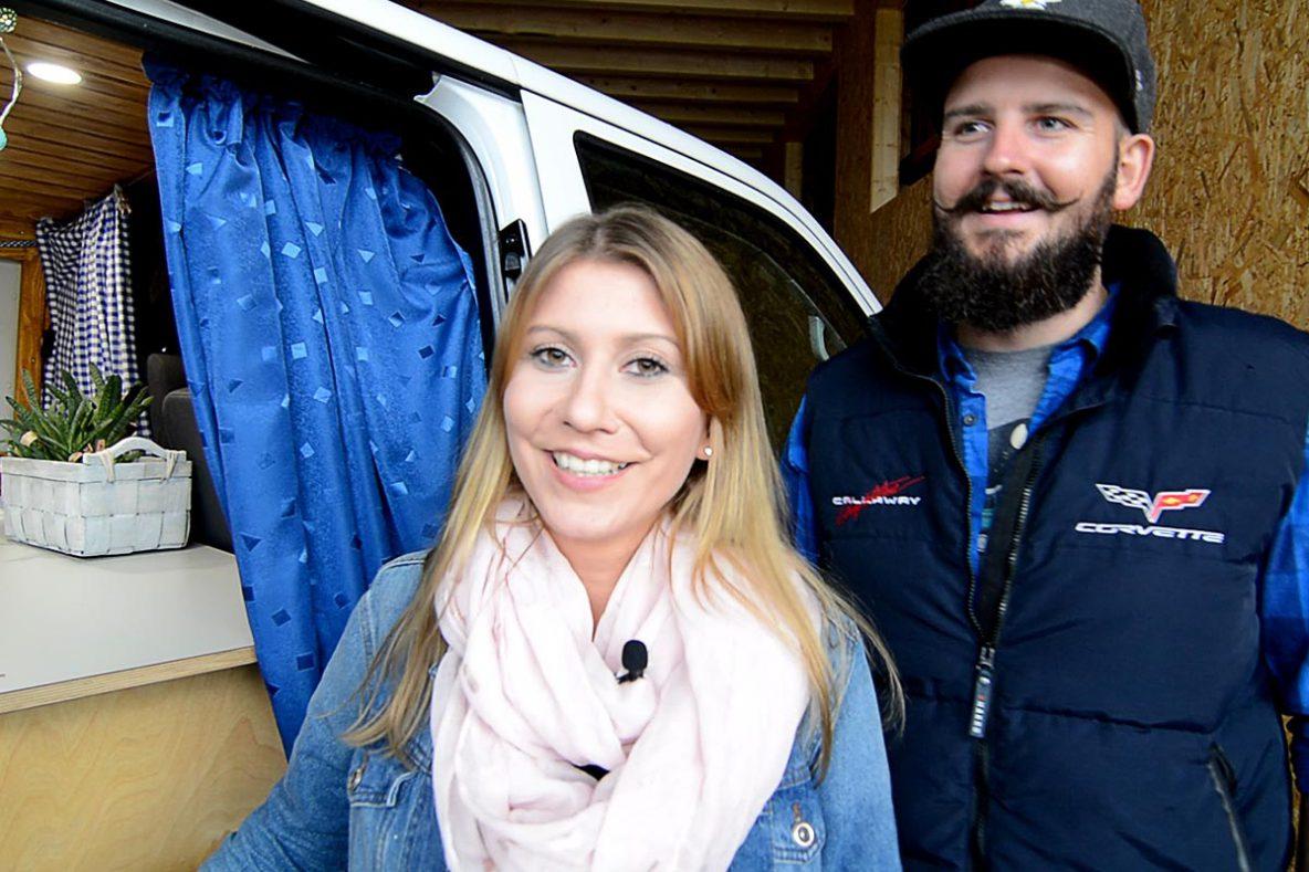 Catherine und Michael von den Busträumern vor ihrem T5