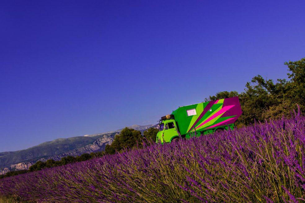 Wohnmobil im Lavendelfeld