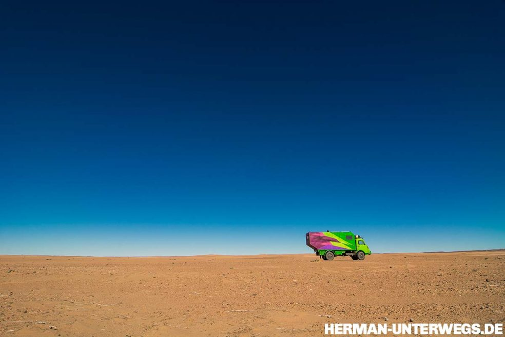 Sahara mit dem Oldtimer-LKW
