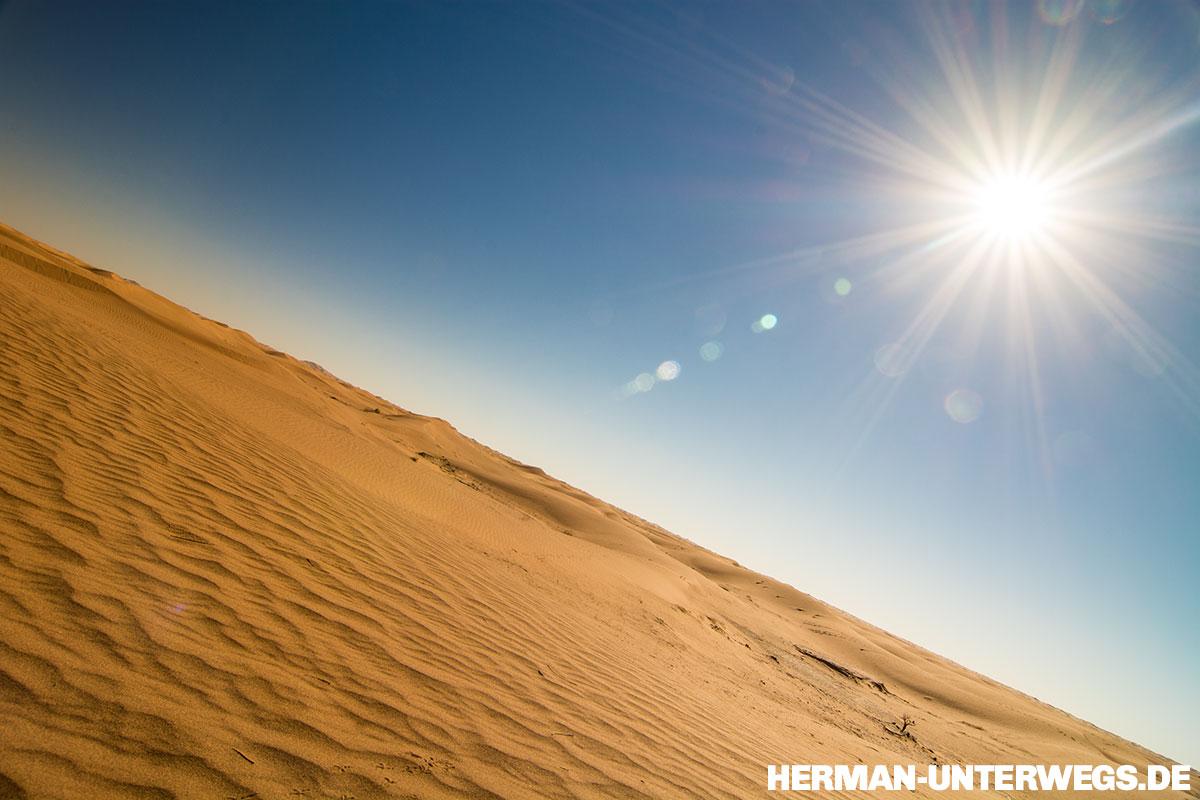 Der Sand des Erg Chegaga wirkt golden unter der Mittagssonne