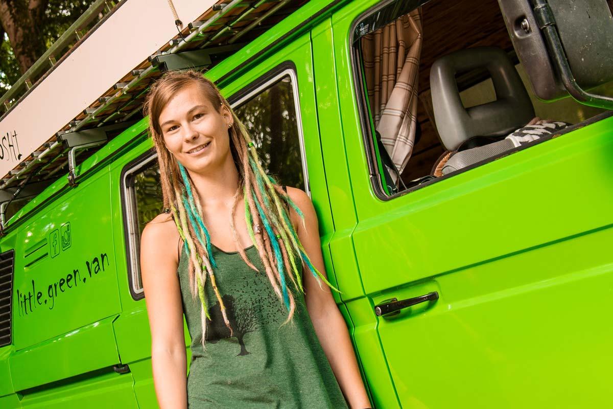 Lisa vor ihrem grünen T3 Vanlife Camper Bulli