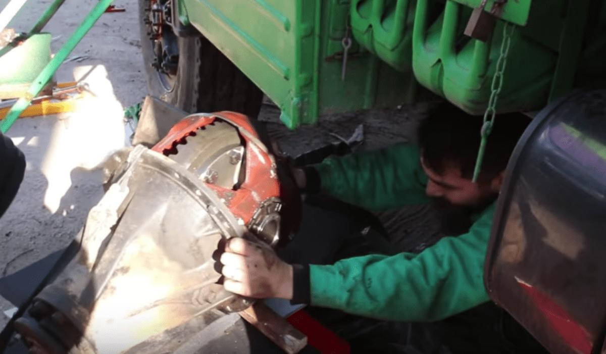 LKW Reparatur - Ausbau des Hinterachs-Differenzials