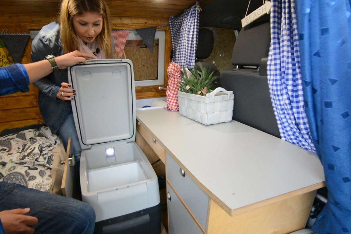 Küchenblock mit Kühlbox im Campervan