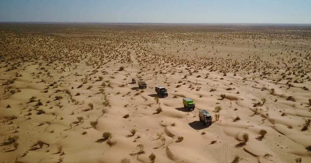 Expeditionsmobile im Nationalpark Jbil