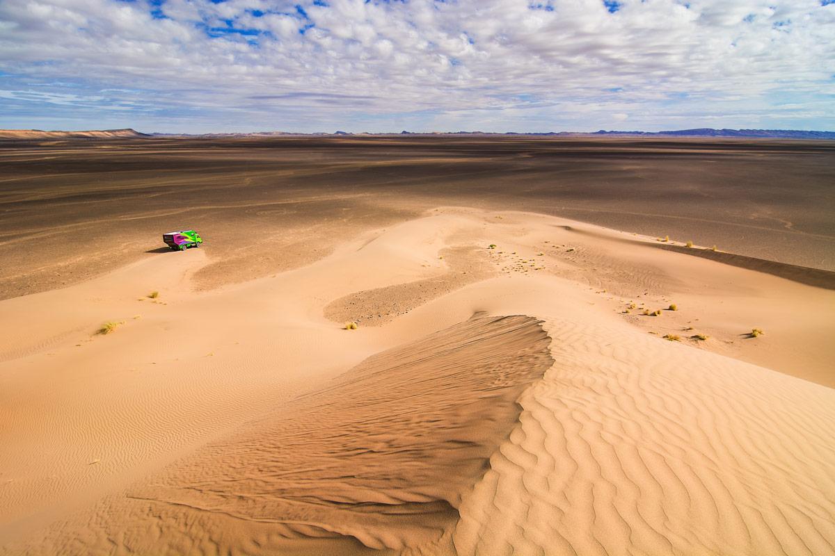 Expeditionsmobil in der marokkanischen Wüste