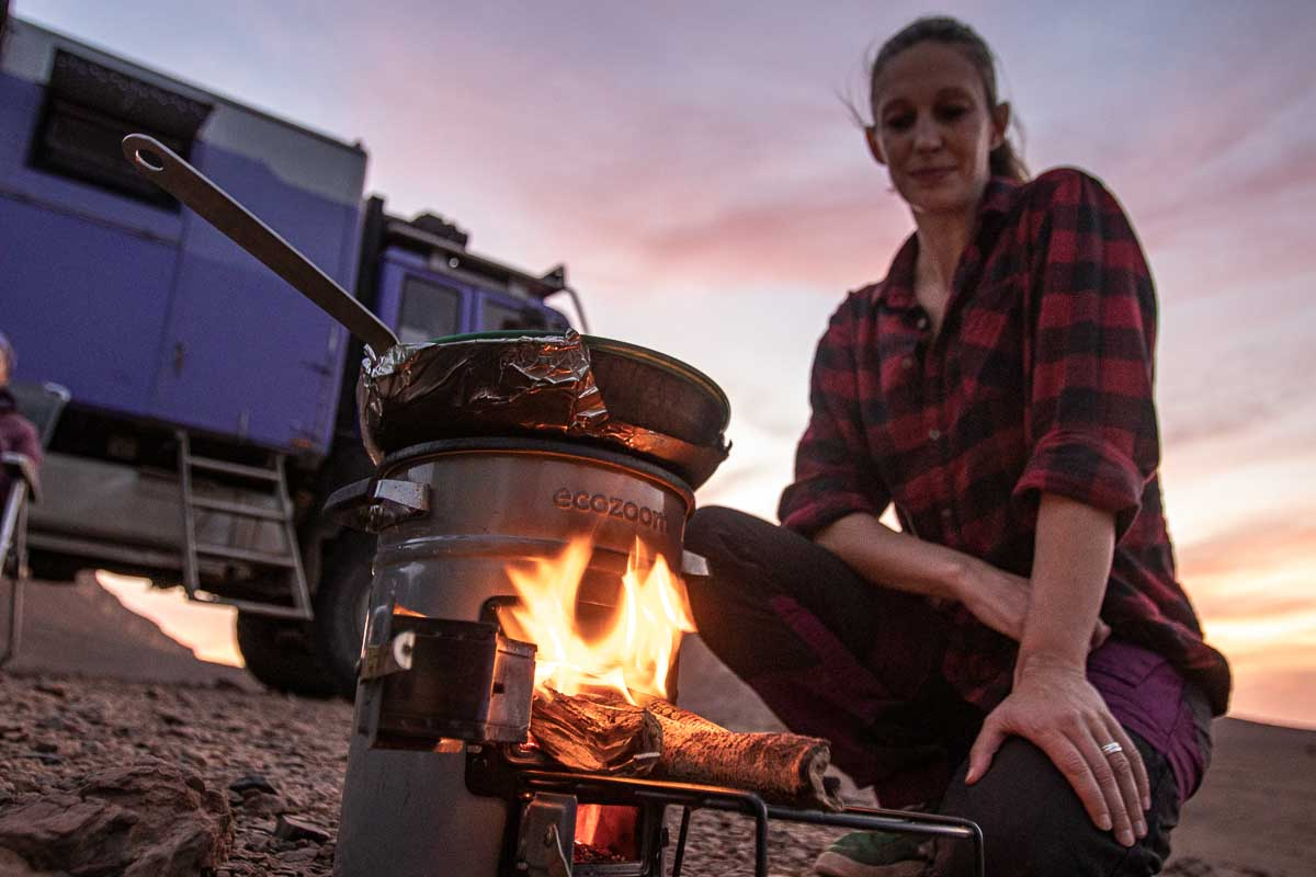 Raketenofen zum Kochen vorm Expeditionsmobil