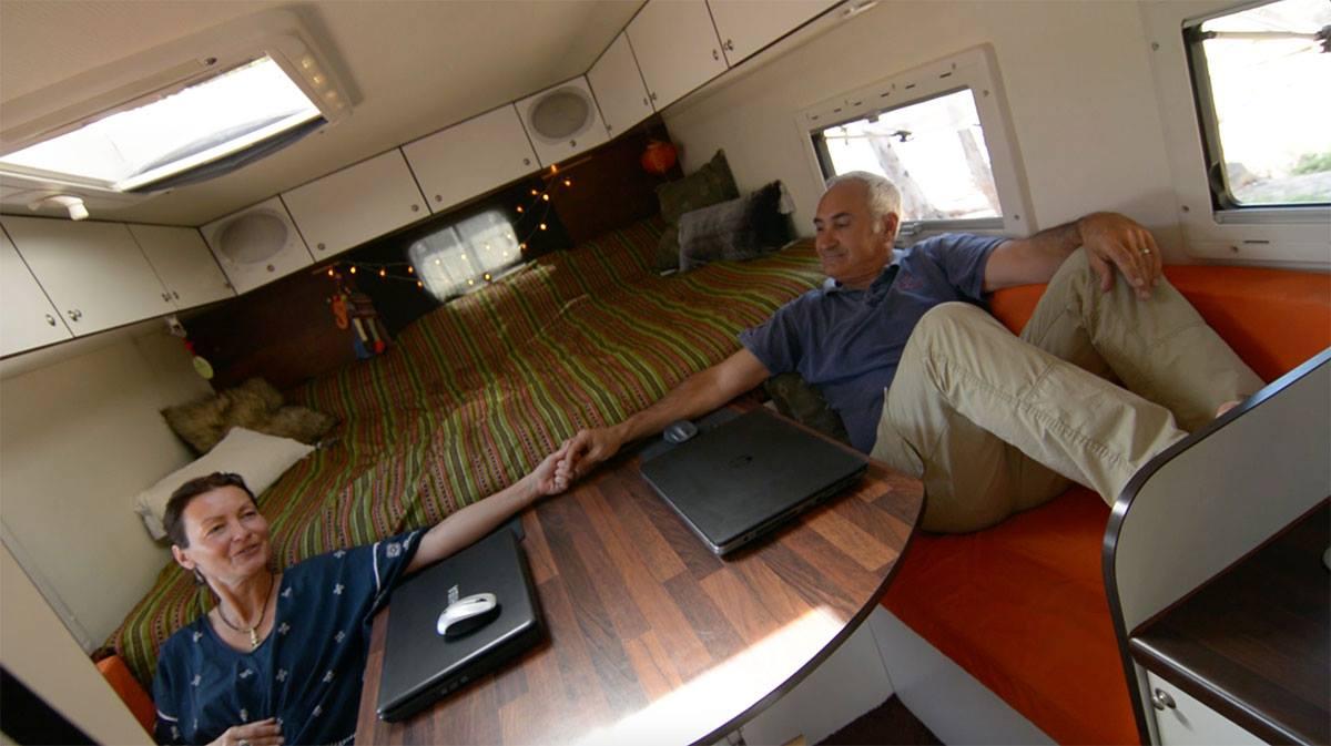 Edith und Ulrich Dolde in ihrem Wohnmobil