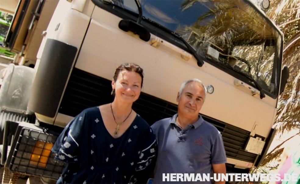 Ulrich Dolde und Edith Dolde mit ihrem Sternchen Benz Expeditionsmobil