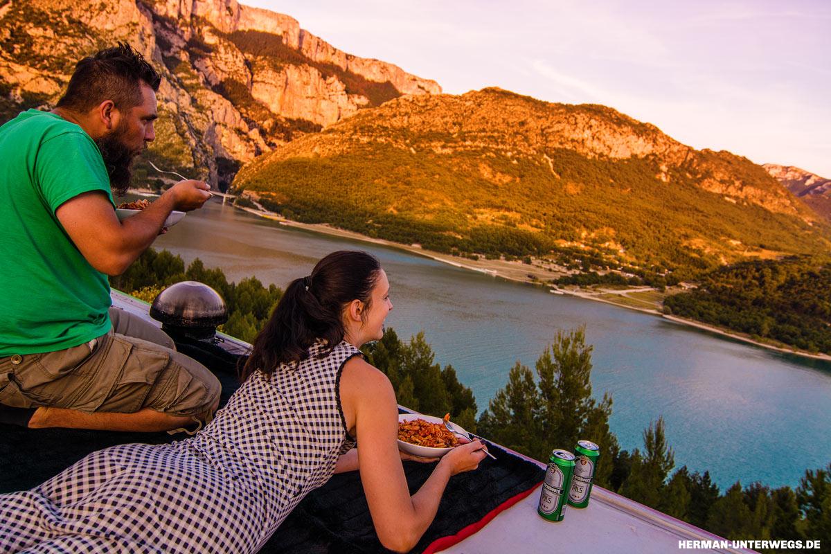 Frei stehen mit dem Wohnmobil und beim Essen auf dem Dach die Aussicht über den See genießen