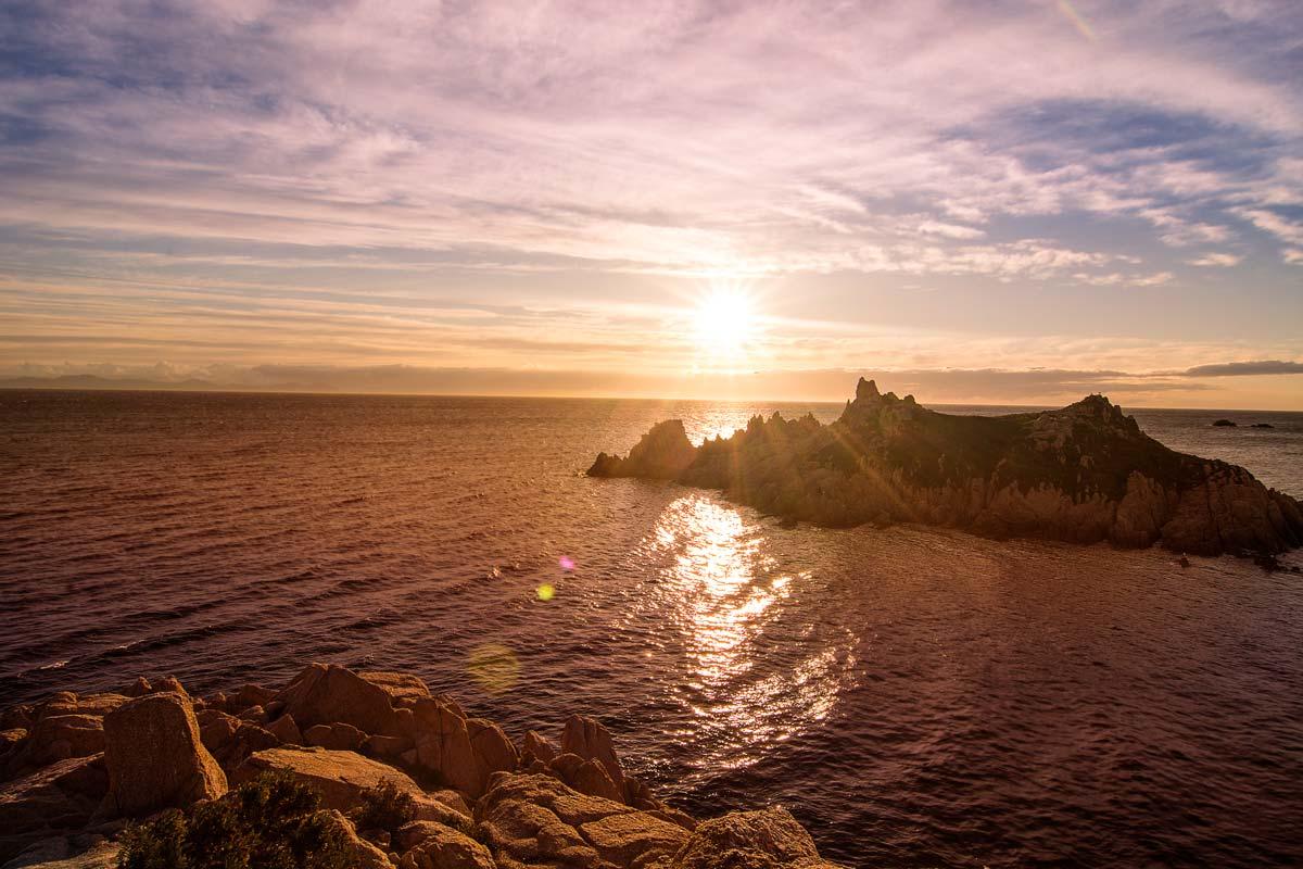 Blick auf einen Felsen im Meer an der Cote d'Azur