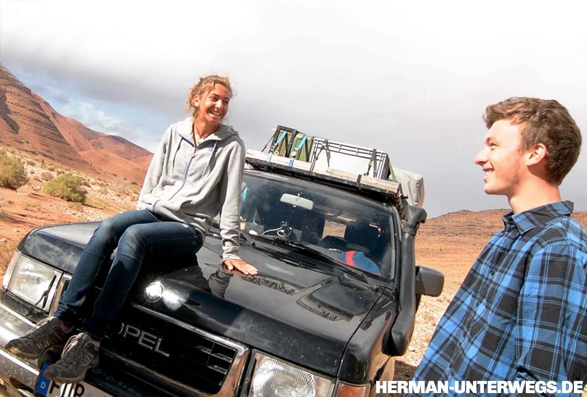 Annika und Flo mit ihrem Reisefahrzeug