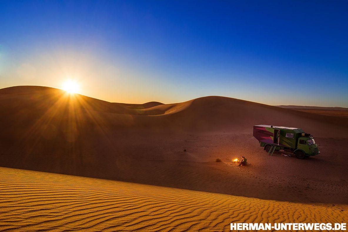 In der Wüste mit dem Wohnmobil Sonnenuntergang