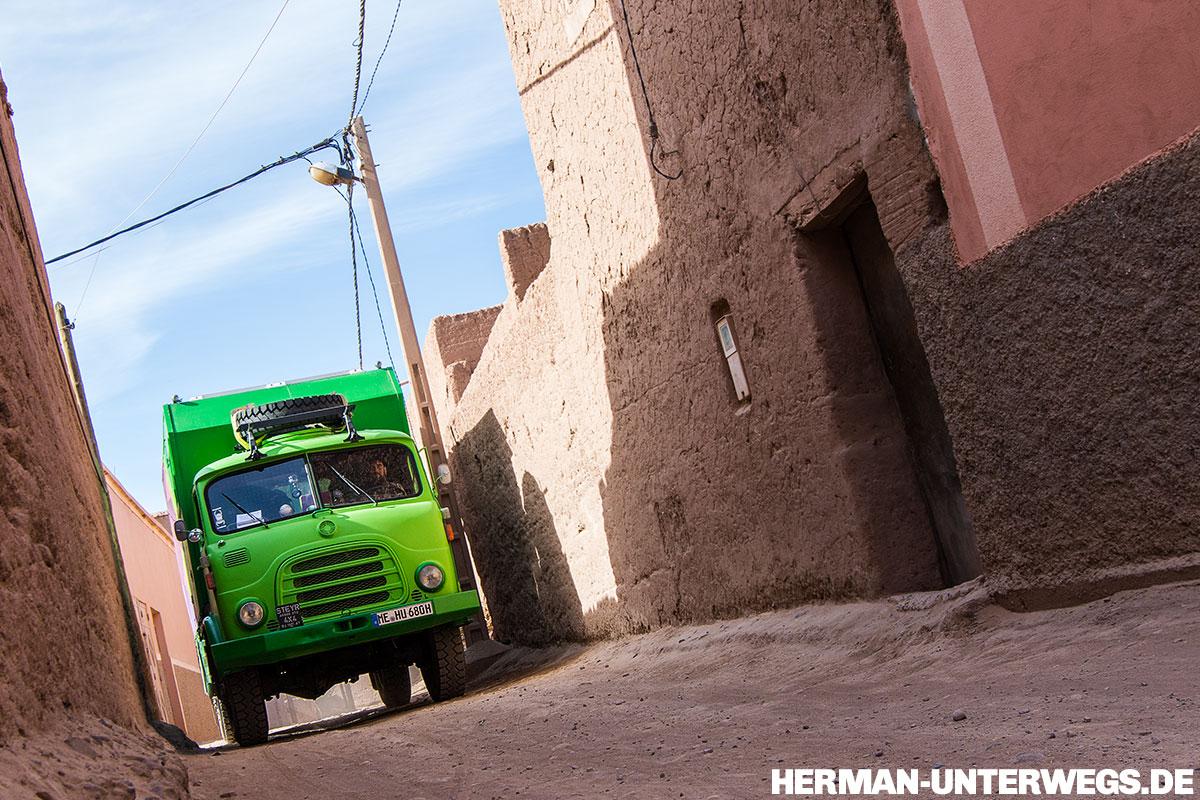 Mit dem Wohnmobil in die Wüste - Mitten durchs Saharadorf