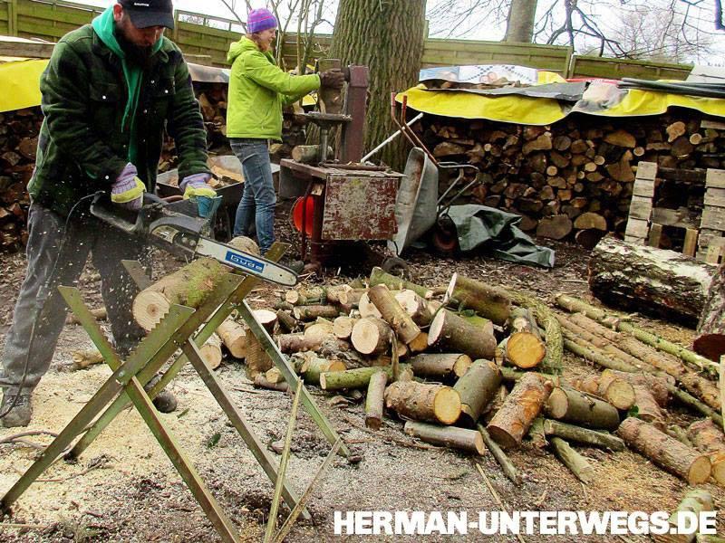 Sabine und Micha machen Holz mit Spalter und Kettensäge