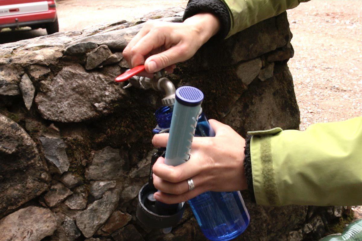 Auffüllen der Filter Trinkflasche an einem Brunnen