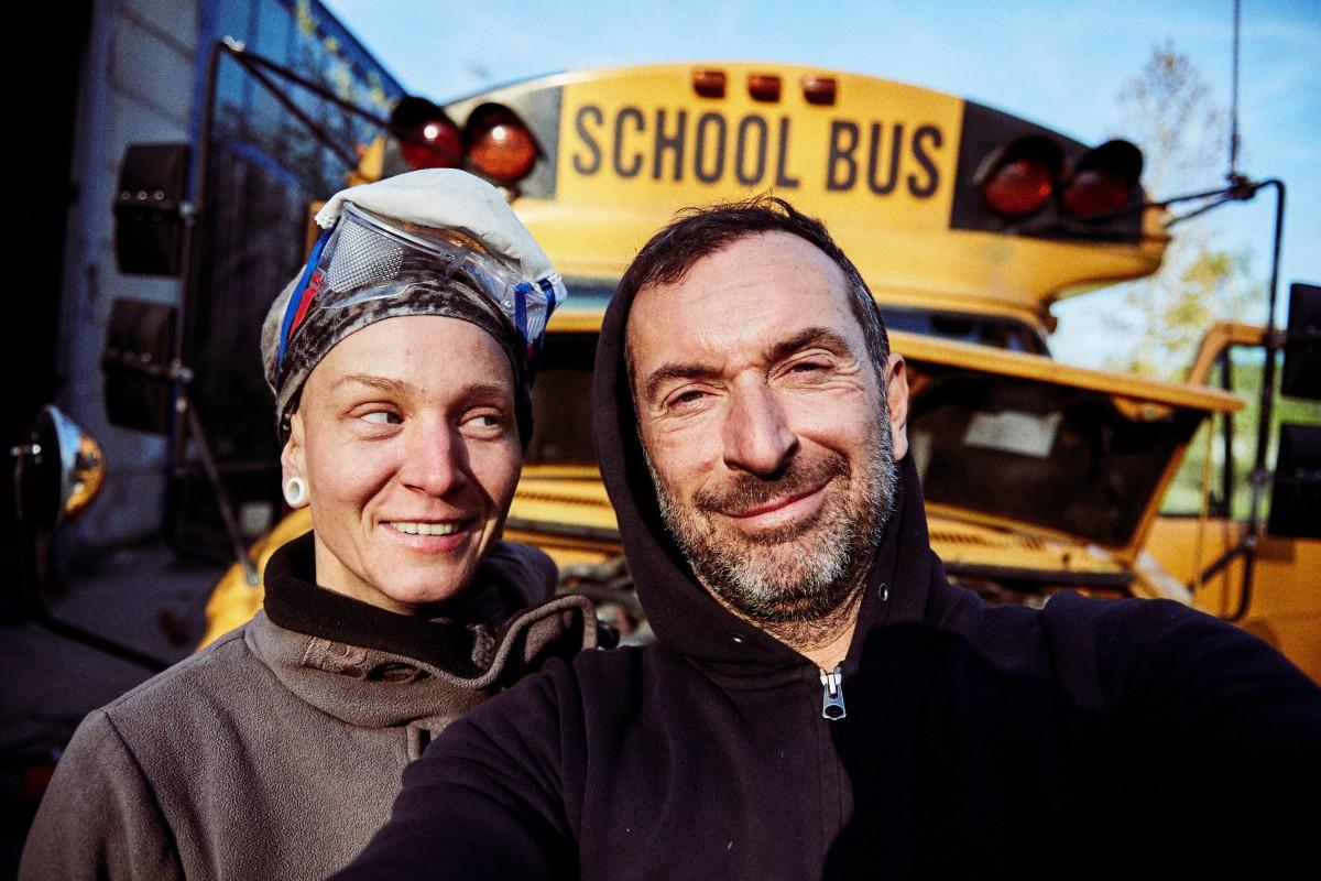 Julie und Kai mit ihrem amerikanischen Schulbus im Hintergrund