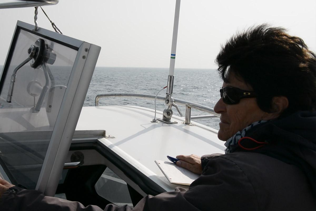 Katharina Heyer bei der Arbeit auf Whalewatching Tour