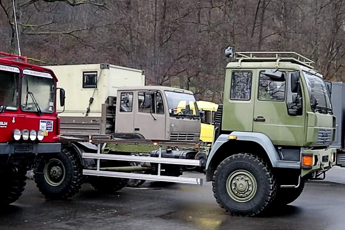MAN 18.225 mit Steyr 12M18 im Hintergrund