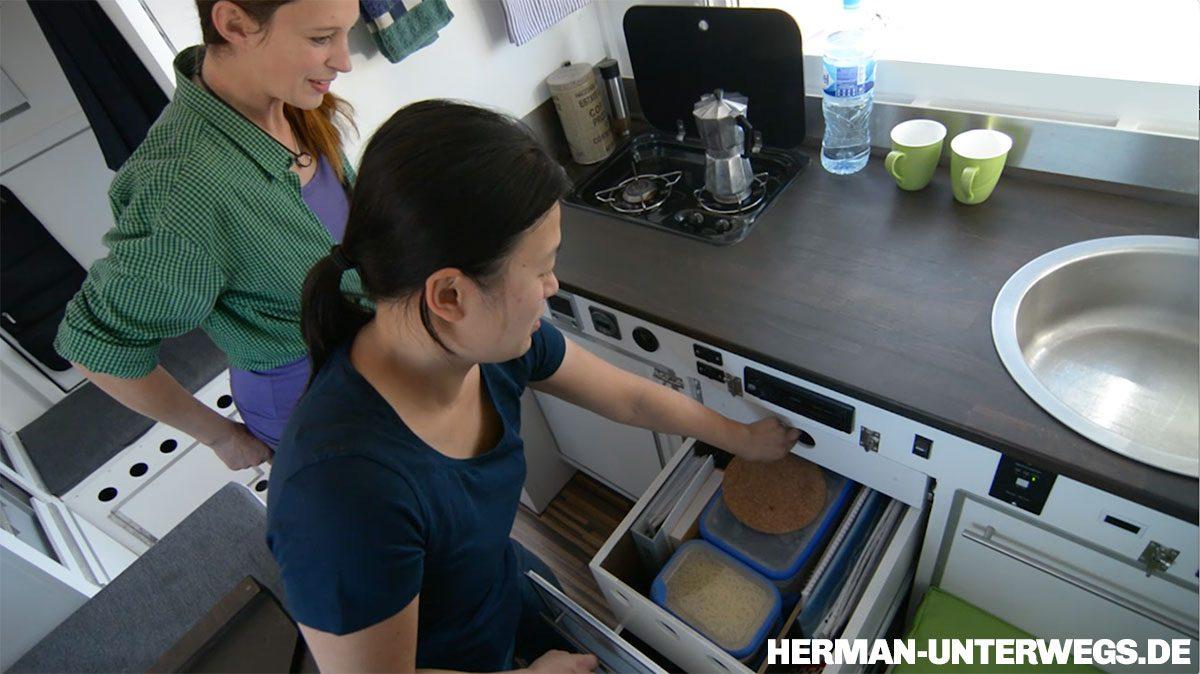 Die Küche des Holzaufbaus