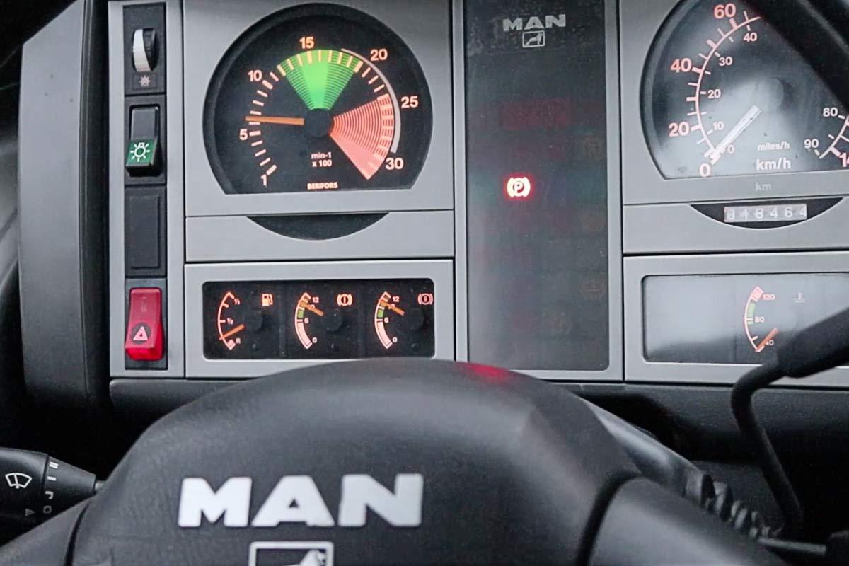 MAN 18.225 Blick ins Cockpit