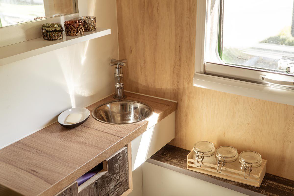 Wohnmobil Bad: Gegenstände bleiben mit Nano Band auch beim Fahren stehen.