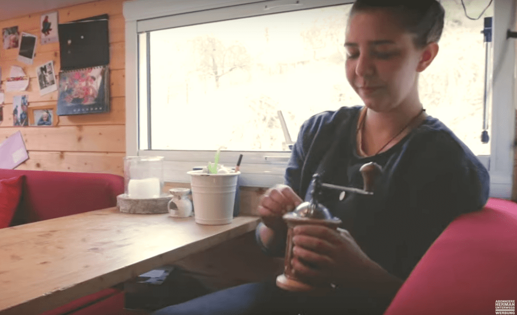 Kaffee kochen im Wohnmobil mit Handmühle