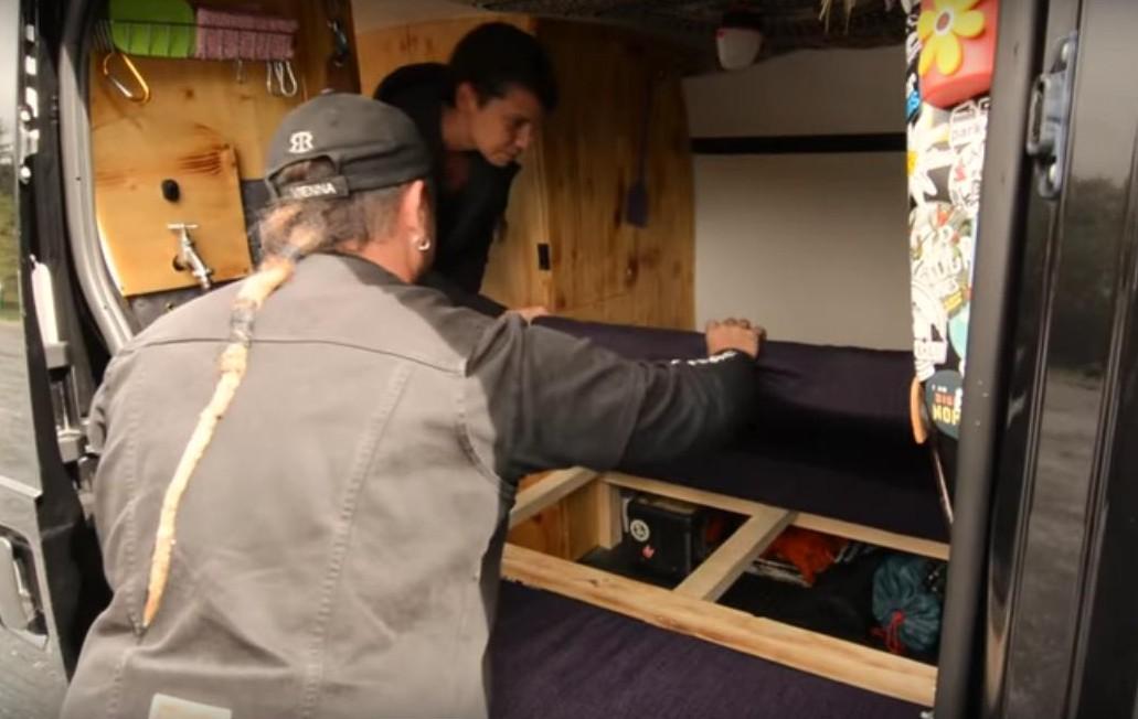 Umbau der Sitzbank zum Bett im Camper Ausbau