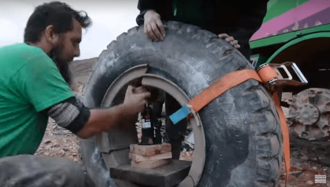 Reifenwechsel am Offroad Wohnmobil im Wadi