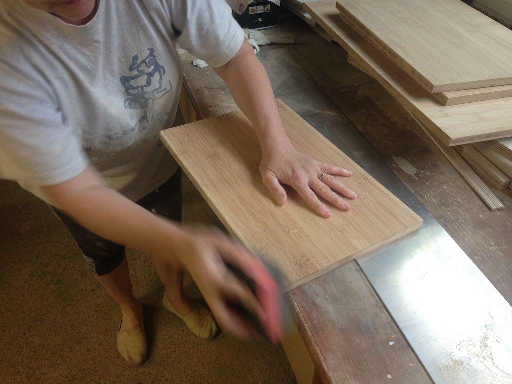 Renate fertigt Möbelfronten aus Bambus