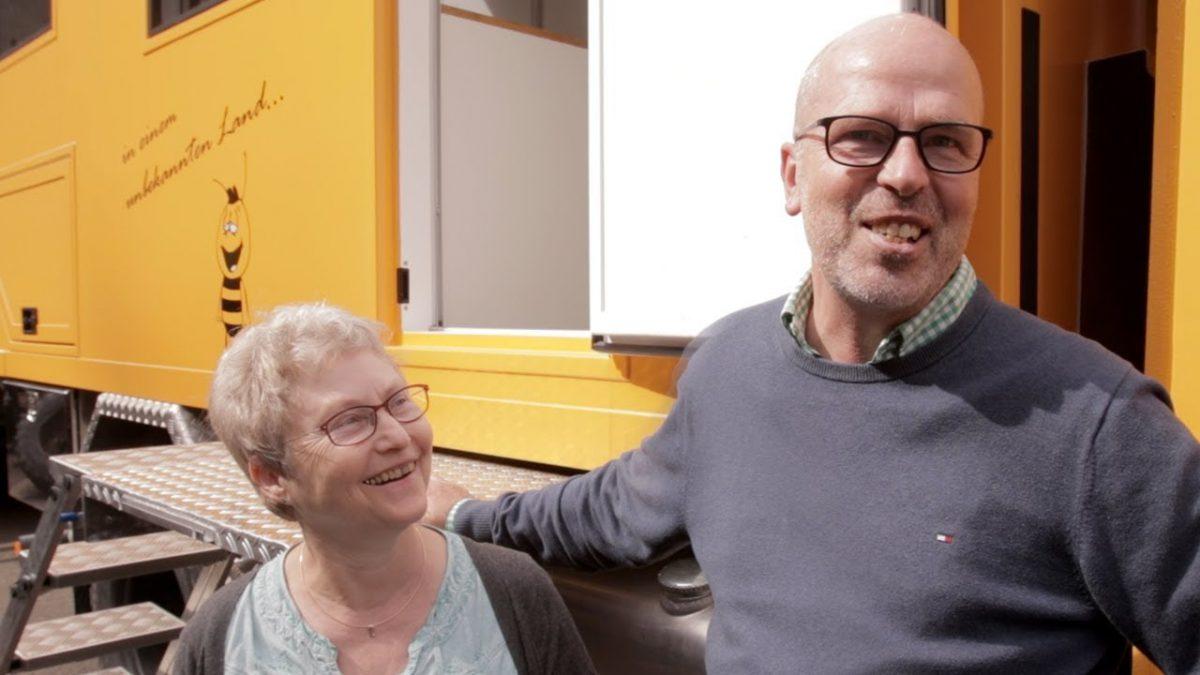 Renate und Uwe vor ihrem Wohnmobil