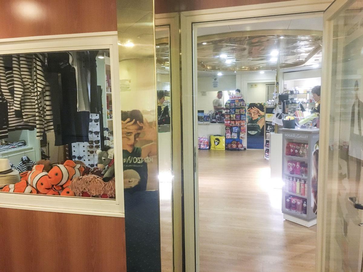 Shoppingangebot auf der Fähre von Corsica Ferries