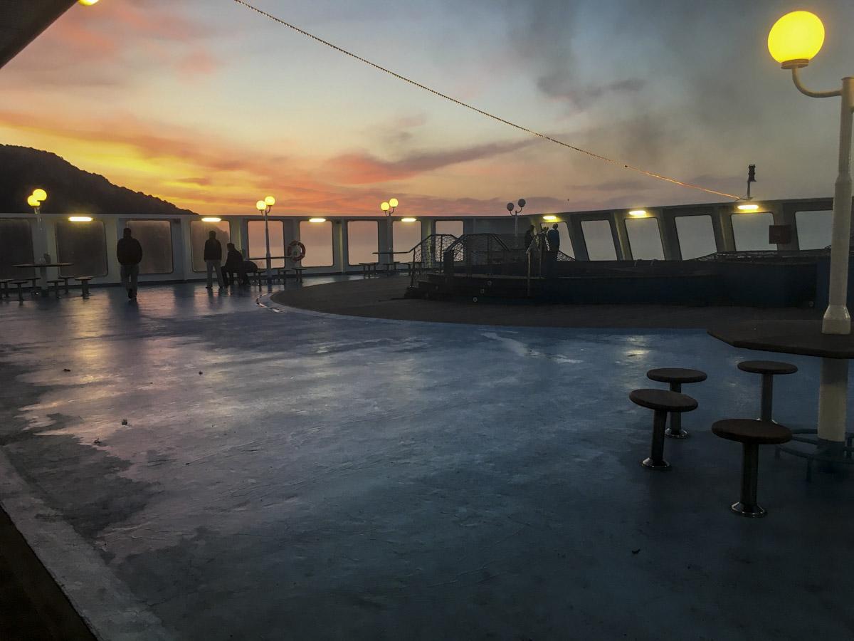 Sonnenaufgang auf dem Oberdeck der Fähre nach Sardinien