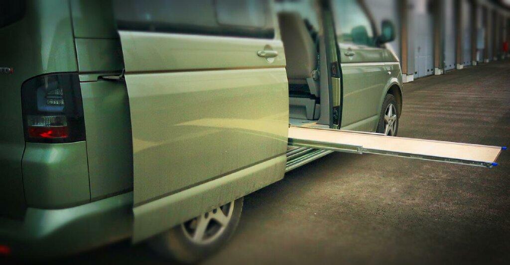 VW T5 Camper mit ausziehbarer Plattform auf Seite der Schiebetür