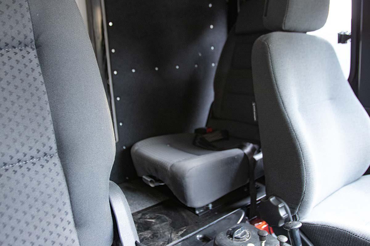 Gekürzte Kabine beim Iveco 90-16 mit quer verbauten Zusatzsitzen im hinteren Berich