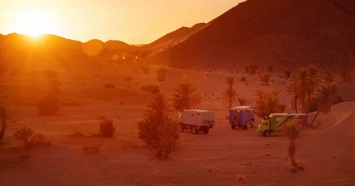Sonnenaufgang im Offroad Camp mit Steyr LKWs
