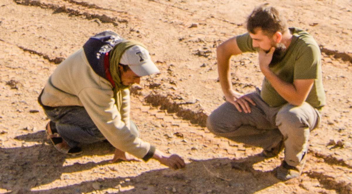 Sprachbarriere gibt es nicht - Aufmalen im Sand hilft fast immer