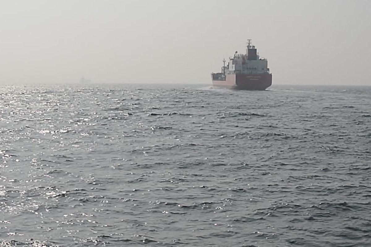 Frachtschiff in der Straße von Gibraltar
