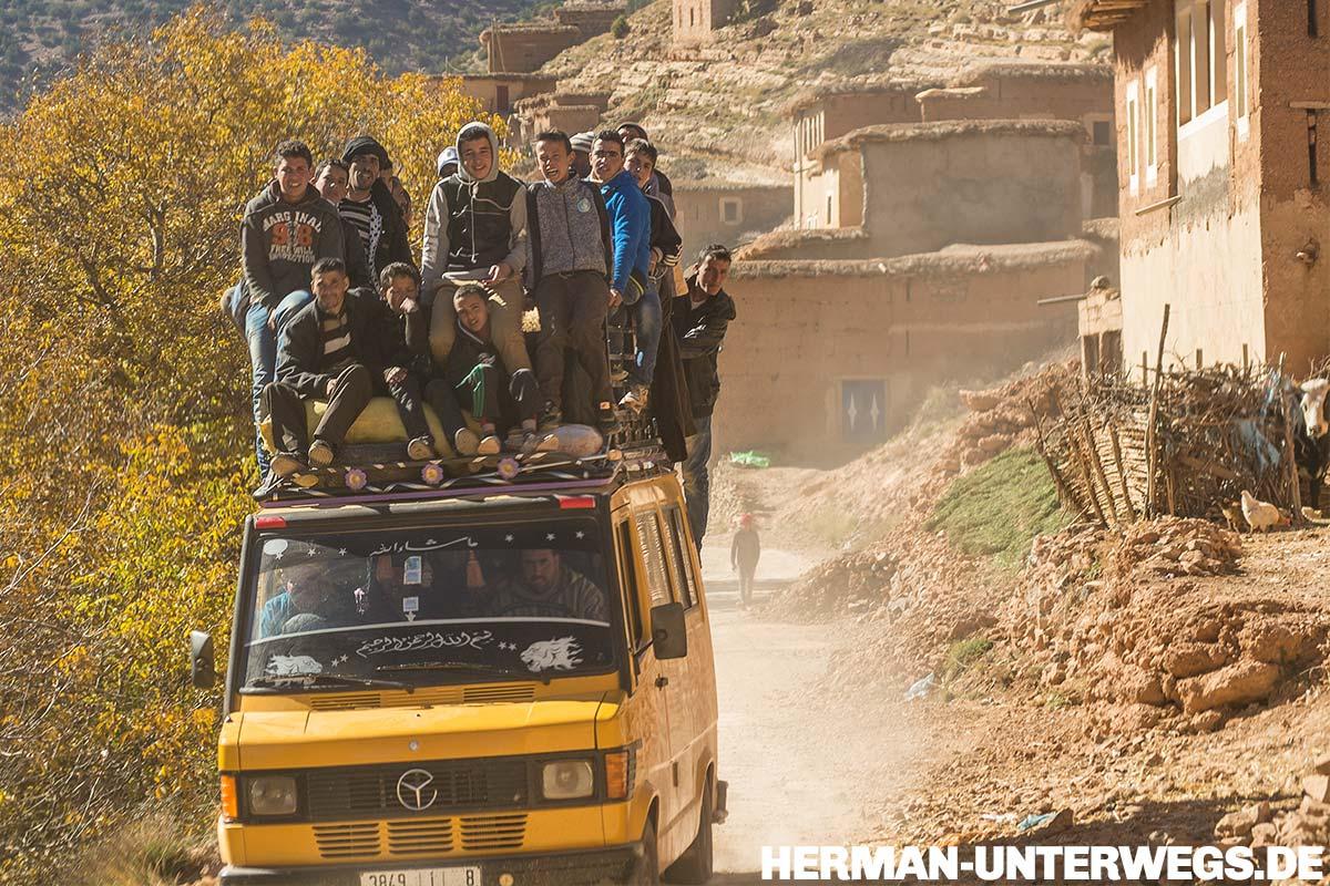 Merzedes Bus mit 20 Passagieren auf dem Dach. Normal in Marokko