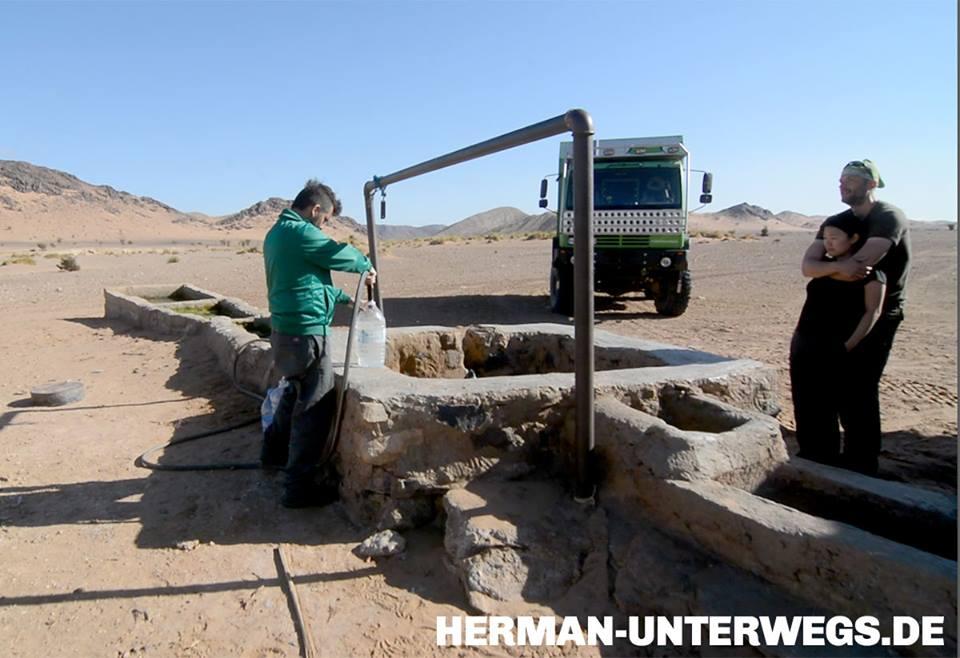 Reisekosten Marokko klein halten. Wasser fürs Wohnmobil tanken an einem Brunnen