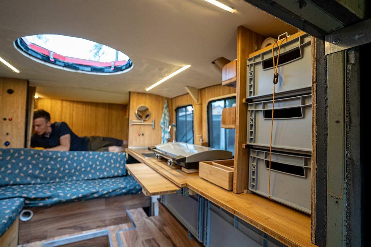 Küche mit Gaskocher und Durchstieg zur Dachterrasse im Feuerwehr Camper