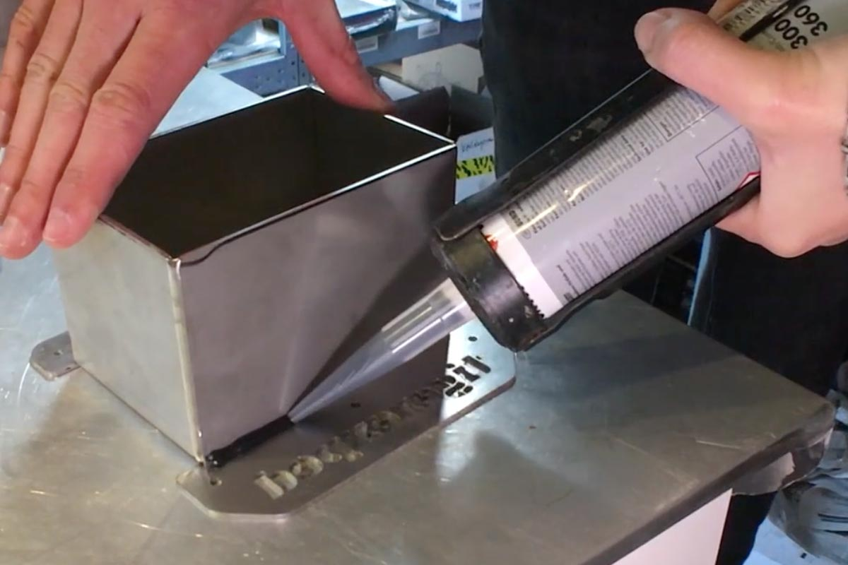 Einkleben des Flansches für die Planar Standheizung mit Sikaflex